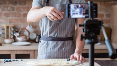 homem filmando receita